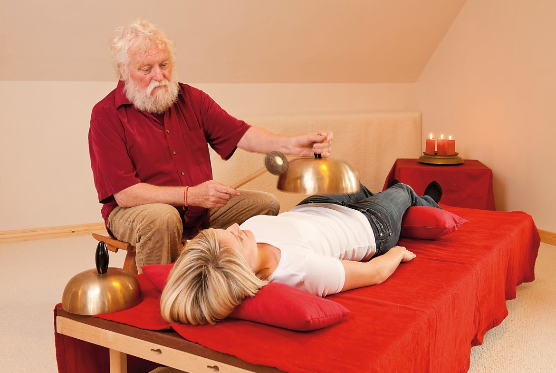 Peter Hess podczas masażu dźwiękiem.