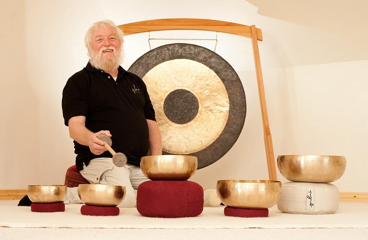Peter Hess podczas medytacji zdźwiękiem